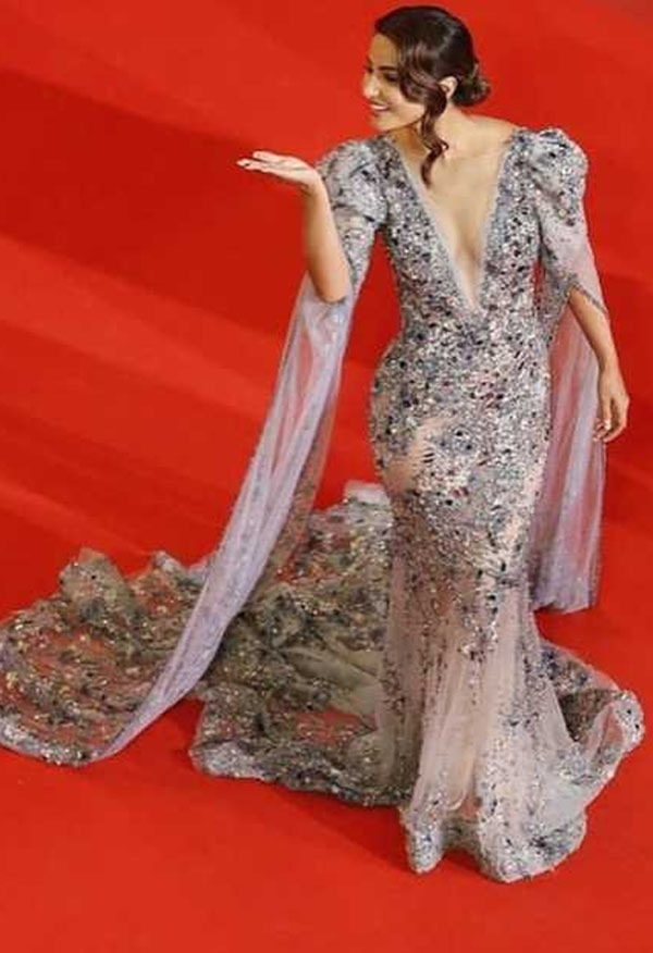 بھارتی اداکارہ حنا خان نے اس سال کانز ریڈ کارپٹ پر ڈیبیو کیا