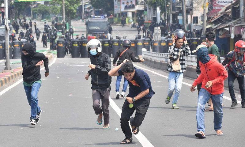 جوکو ویدودو کی فتح کے اعلان کے بعد 70 فیصد مظاہرین کو گرفتار اور سوشل میڈیا پر جزوی بندش عائد کردی گئی — فوٹو: اے ایف پی