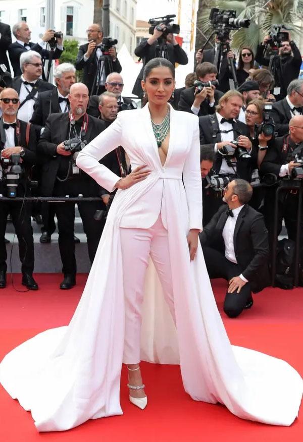 سونم کپور نے اپنے ریڈ کارپٹ کے موقع پر سفید رنگ کا گاؤن سوٹ پہنا