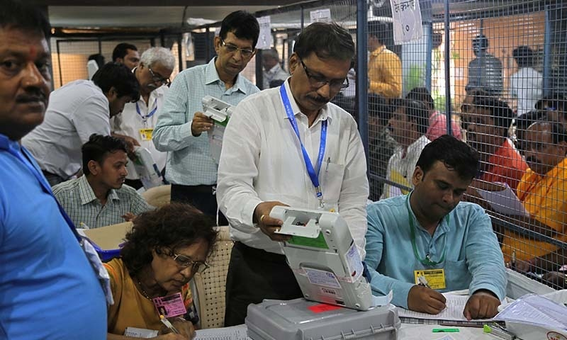 ان انتخابات کو بھارتی وزیراعظم نریندر مودی کا ریفرنڈم بھی کہا جارہا ہے — تصویر: رائٹرز