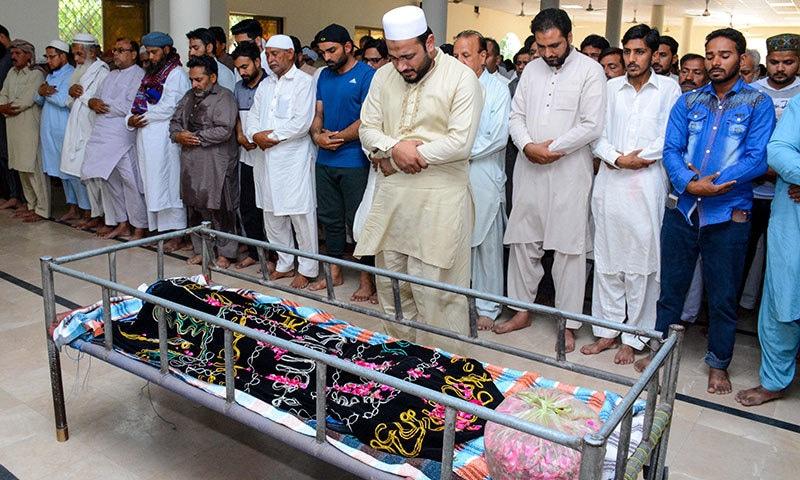 آصف علی کی بیٹی کی نماز جنازہ ادا کی جا رہی ہے— فوٹو: اے ایف پی