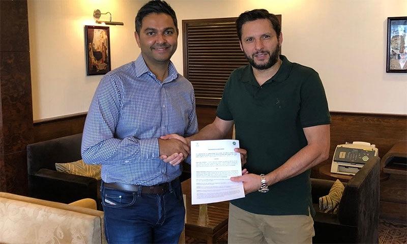 قومی ٹیم کے سابق شاہد خان آفریدی پی سی بی کے منیجنگ ڈائریکٹر وسیم خان کے ہمراہ موجود ہیں— فوٹو: بشکریہ پی سی بی