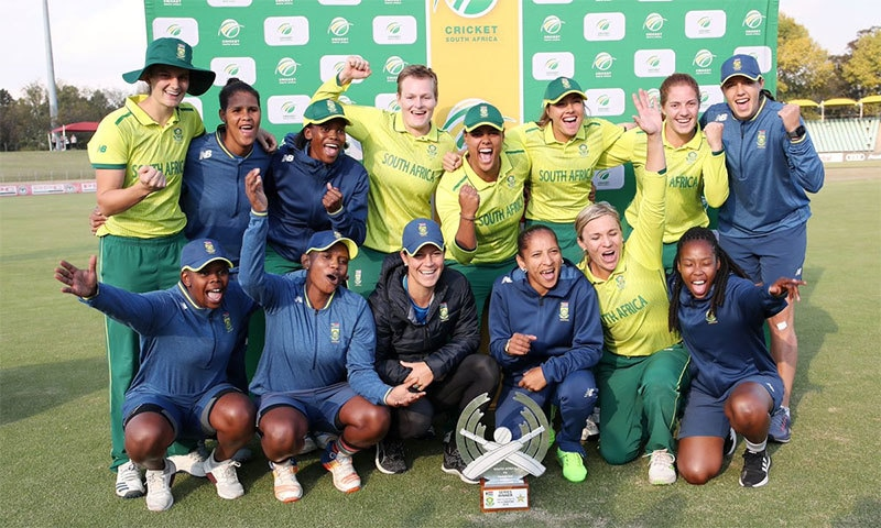 جنوبی افریقی ویمنز ٹیم کا ٹرافی کے ہمراہ گروپ فوٹو— تصویر بشکریہ ٹوئٹر