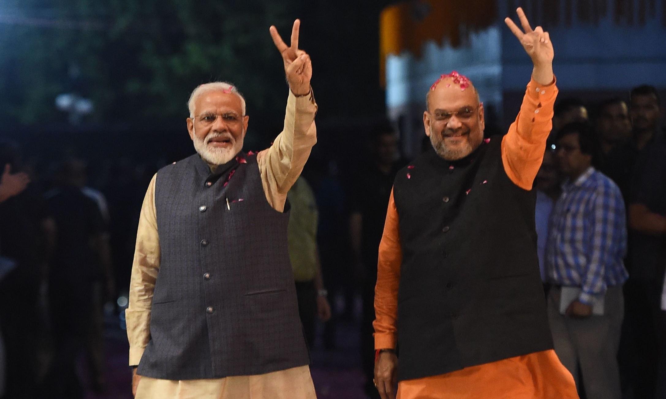 بھارتی وزیراعظم نریندر مودی اور بی جے پی کے صدر امت شاہ لوک سبھا انتخابات میں جیت کے بعد اپنی خوشی کا اظہار کررہے ہیں —فوٹو/ اے ایف پی