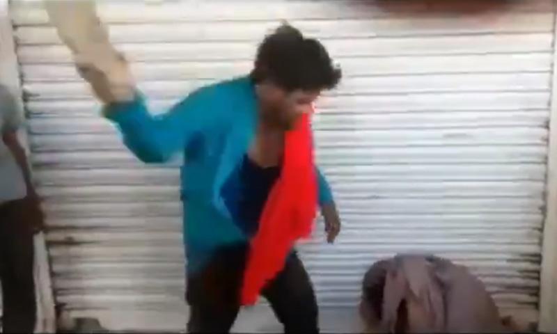 ہجوم نے مسلمان نوجوان کو اپنی اہلیہ پر تشدد کرنے کے لیے دباؤ ڈالا — فوٹو: اسکرین شاٹ