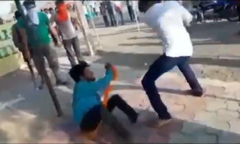 ہجوم نے مسلمان نوجوان کو تشدد کا نشانہ بنایا اور نازیبا الفاظ سے بھی پکارا — فوٹو: اسکرین شاٹ