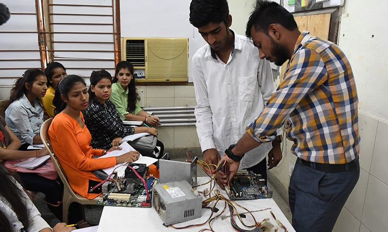 This photo taken on May 22, 2019, shows Indian youths at a class for a three-month course on computer hardware at a training centre run by the National Skill Development Corporation (NSDC) under the Ministry of Skill Development and Entrepreneurship (MSDE) in New Delhi. ─ AFP
