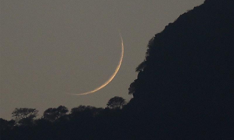 فواد چوہدری کے مطابق چاند کی معلومات کے لیے ویب سائٹ لانچ کردی گئی — فائل فوٹو/ اے ایف پی