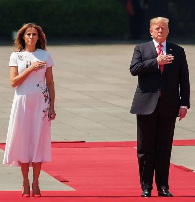 غیر ملکی دوروں کے دوران بھی میلانیا کو شوہر ٹرمپ سے دور دیکھا جاتا رہا ہے—فوٹو: اے ایف پی
