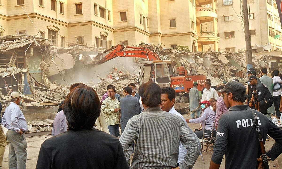 Karachi Metropolitan Corporation staff busy in removing constructions at Light House. APP photo by M. Saleem