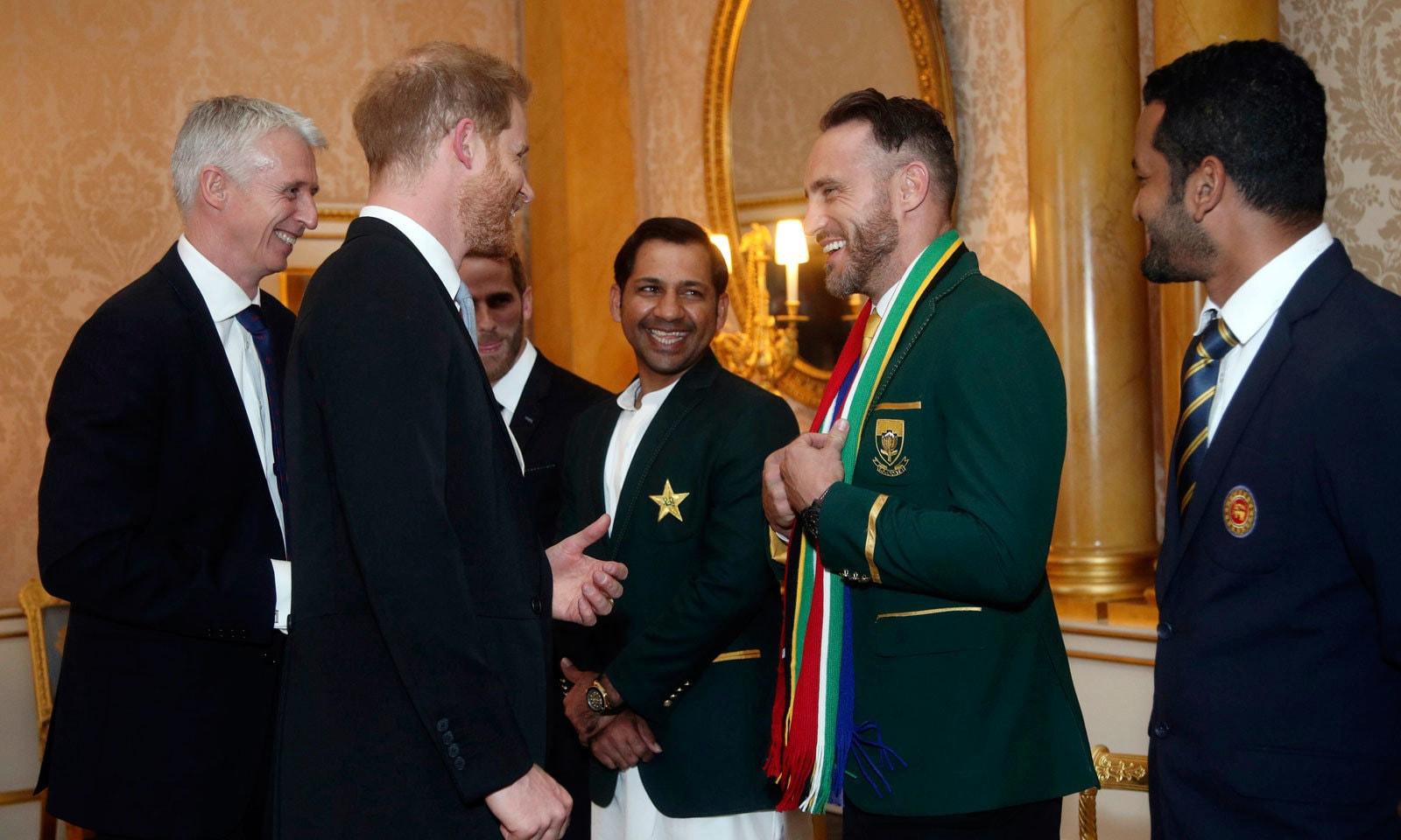 ورلڈ کپ ٹیموں کے کپتانوں سے شہزادہ ہیری نے بھی ملاقات کی — فوٹو: اے پی
