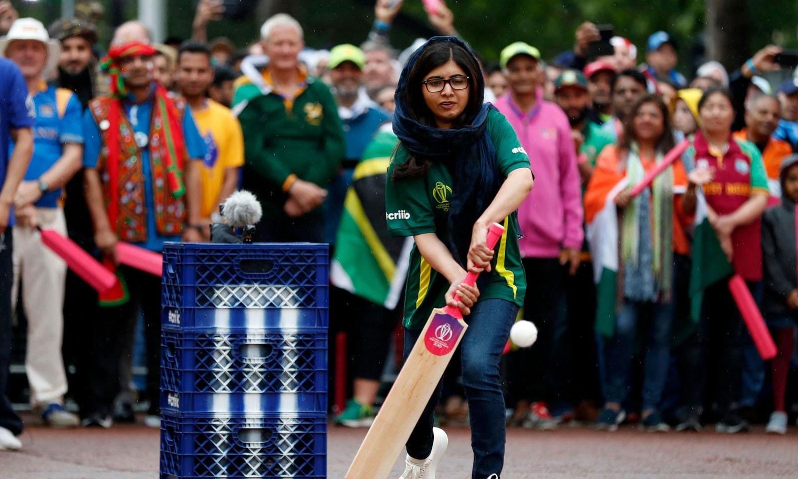 پاکستان کی جانب سے اظہر علی اور ملالہ یوسف زئی نے 60 سیکنڈز میں 38 رنز بنائے — فوٹو: آئی سی سی