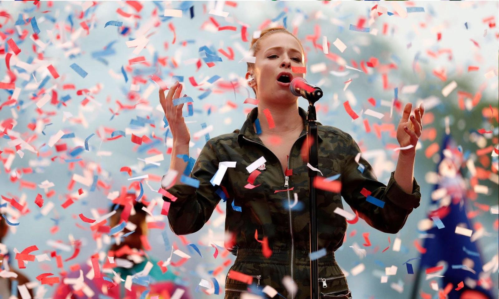 گلوکارہ  لورین اور برطانوی بینڈ روڈی منٹل نے شائقین کو محظوظ کیا — فوٹو: آئی سی سی