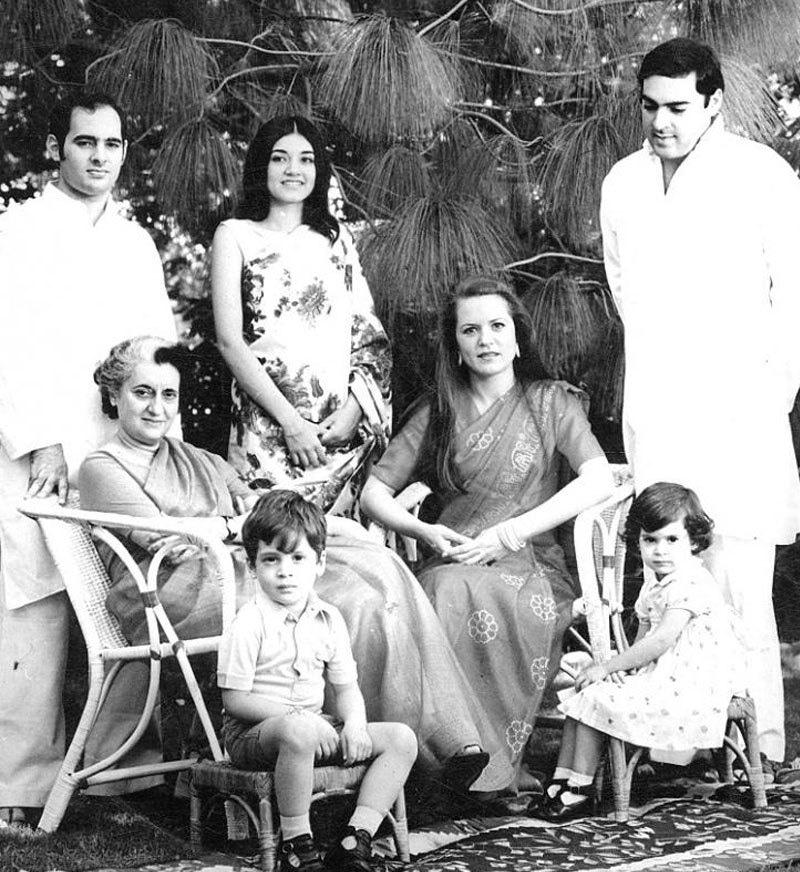 اندرا گاندھی کے قتل کے بعد ان کے بیٹے راجیو گاندھی وزیر اعظم بنے—فوٹو: انڈیا ٹائمز