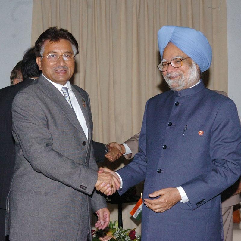 من موہن سنگھ اور پرویز مشرف نے دونوں ممالک کے درمیان سیاسی کشیدگی کم کرنے نے کوشش کی—فوٹو: ریڈف