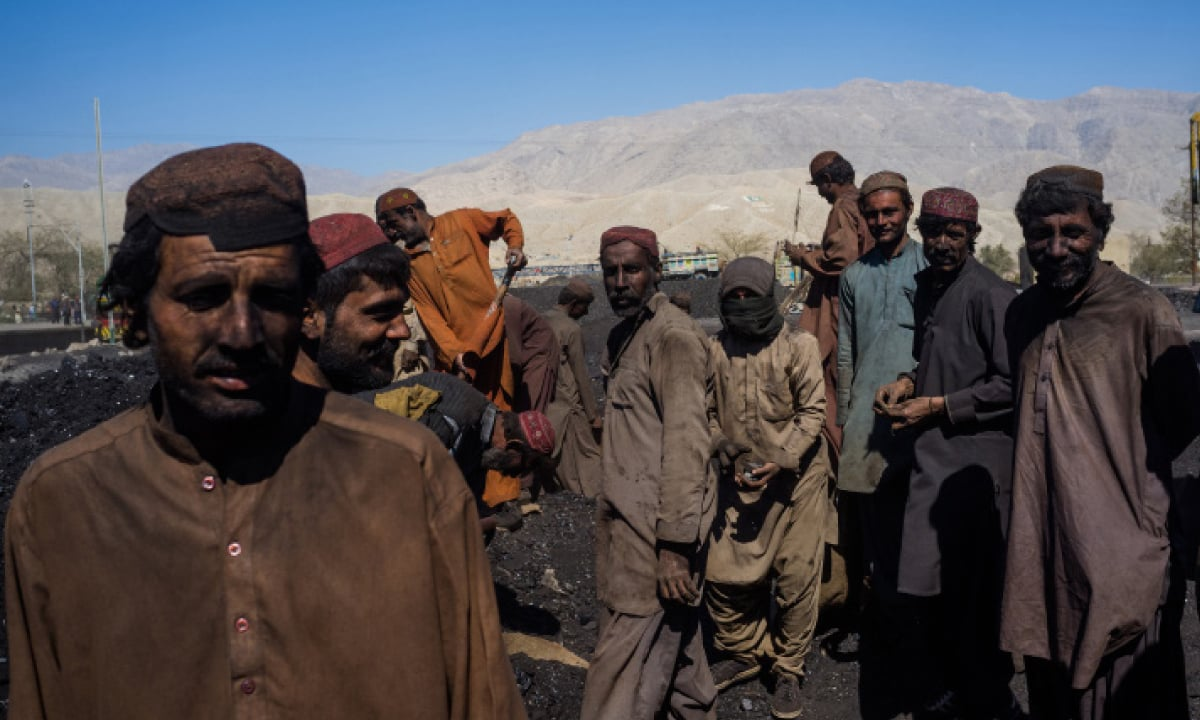 Workers loading coal on a truck in Machh, Balochistan | Mohammad Ali, White Star