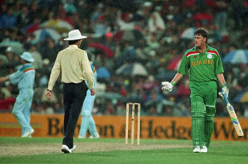 جنوبی افریقی کپتان میچ روکے جانے کے بعد میدان سے باہر جاتے ہوئے—Patrick Eagar