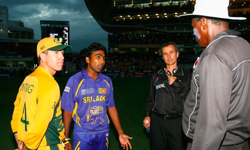 آسٹریلوی کپتان اور سری لنکن کپتان امپائرز کے ساتھ بات چیت کر رہے ہیں—آئی سی سی