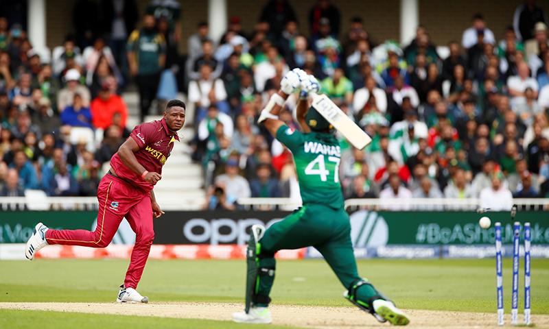 وہاب ریاض آؤٹ ہونے والے پاکستان کے آخری کھلاڑی تھے۔ — فوٹو: رائٹرز