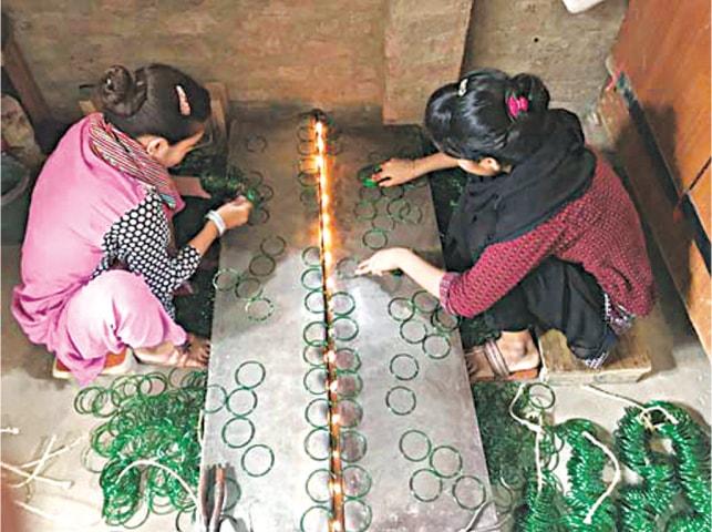 حیدرآباد سے تعلق رکھنے والی رمشا اور صبا دن میں 40 چوڑیوں کے سیٹ کی تیاری کا ہدف رکھتی ہیں—تصویر بشکریہ لکھاری