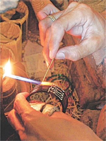 چوڑیوں پر نقاشی کا کام ہاتھوں سے کیا جاتا ہے—تصویر بشکریہ لکھاری