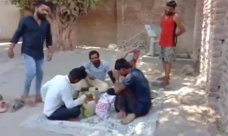 مسلمان مزدوروں پر تشدد کی ویڈیو سوشل میڈیا پر وائرل ہوئی تھی — فوٹو: اسکرین شاٹ