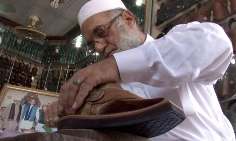 عمران خان کے لیے خصوصی چپل اژدھے کی کھال سے تیار کی گئی تھی — فائل فوٹو/ڈان