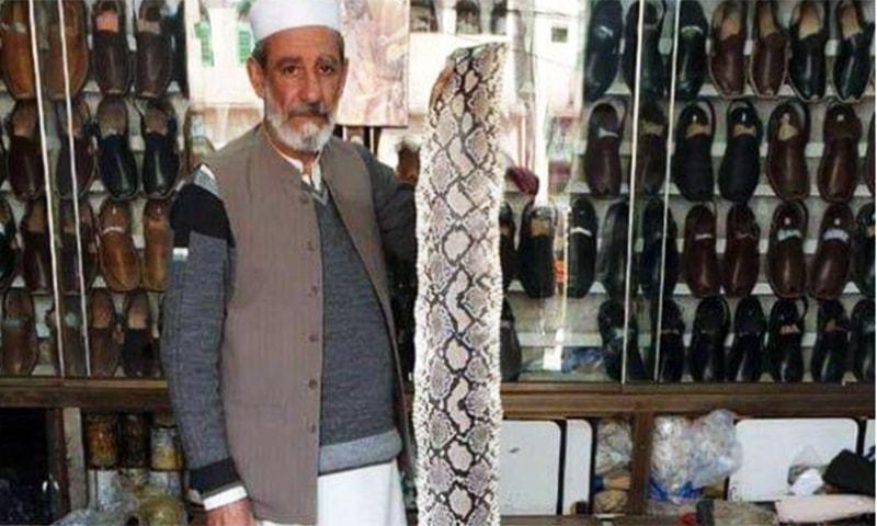 چپل وزیر اعظم عمران خان کو بطور عید کا تحفہ پیش کروں گا، نورالدین — فوٹو: زاہد امداد