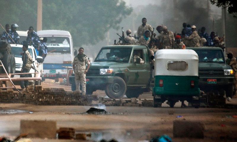 سوڈان میں عمرالبشیر کے بعد فوجی حکمرانوں کے خلاف مسلسل احتجاج کیا جارہا ہے—فوٹو:اے ایف پی