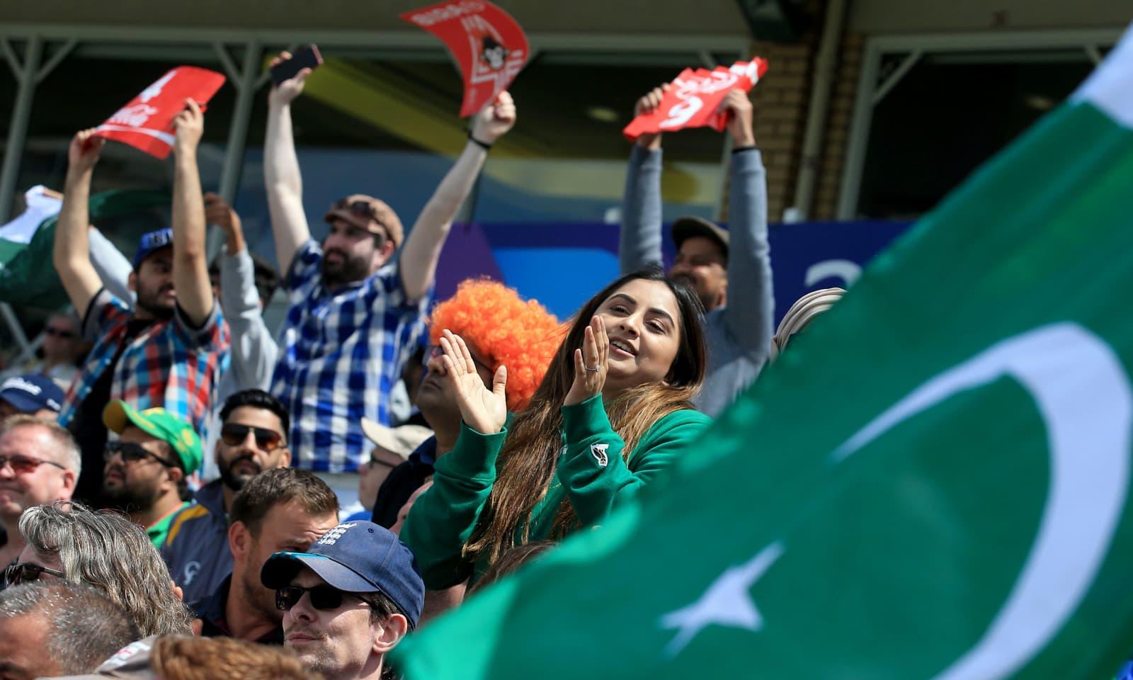 باؤنڈری لگنے پر پاکستانی شائقین خوشی سے جھوم رہے اور داد دے رہے ہیں — فوٹو: اے ایف پی