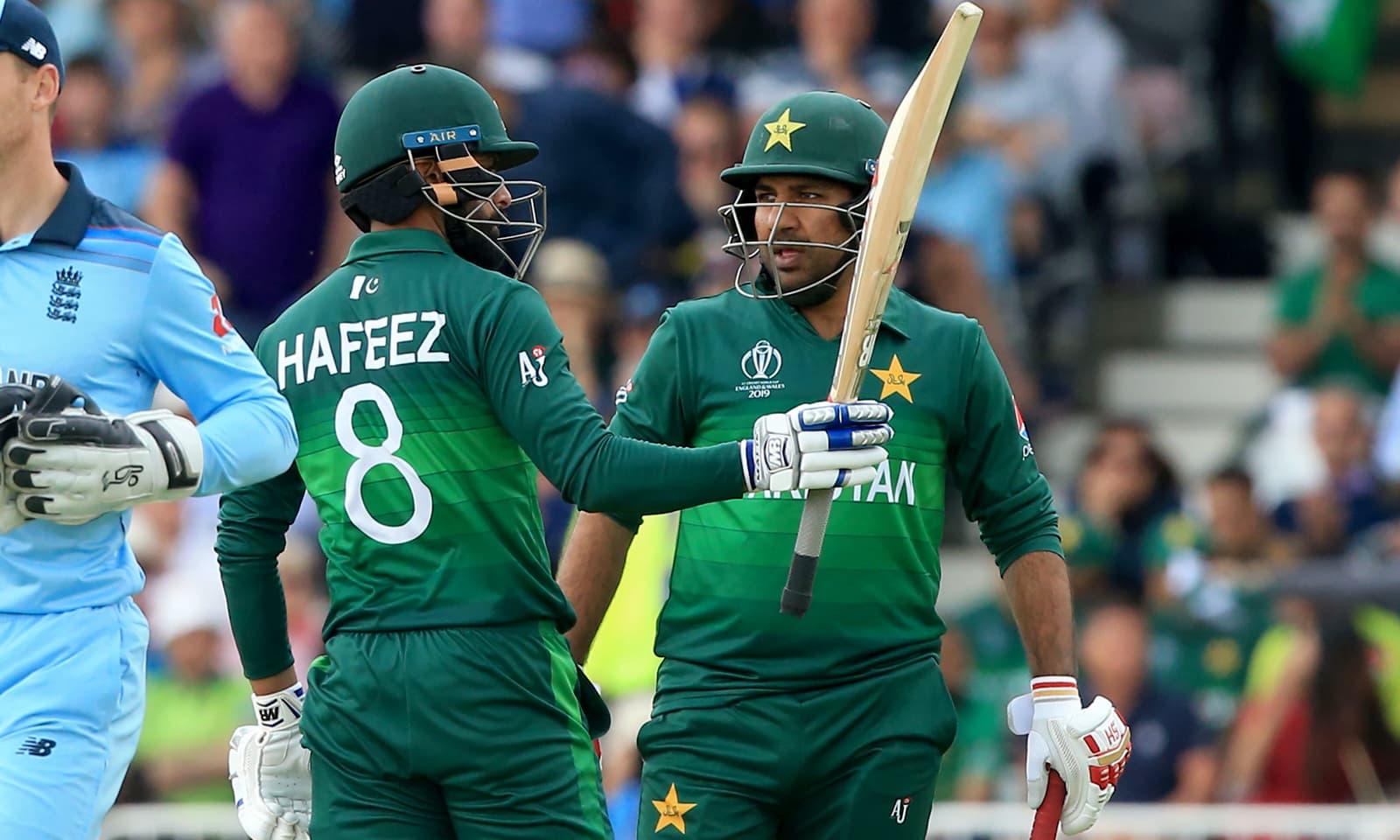 قومی ٹیم کی جانب سے محمد حفیظ، بابر اعظم اور سرفراز احمد نے نصف سنچریاں اسکور کیں — فوٹو: اے ایف پی
