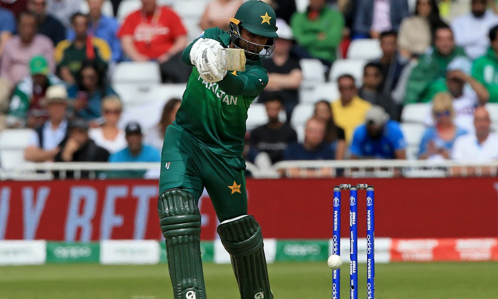 پاکستانی اوپنر فخر زمان جارحانہ شاٹ کھیلتے ہوئے — فوٹو: اے ایف پی