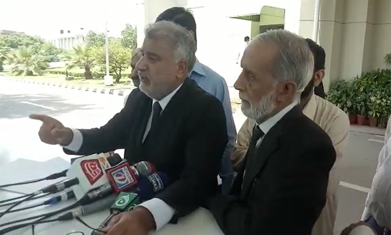 """""""Instead of traditional protest marches on the Constitution Avenue, this time we will not boycott court proceedings rather protest inside the court premises by locking down the courts,"""" warned SCBA president Amanullah Kanrani while speaking to the media at the Supreme Court building. — Screengrab via video provided by Haseeb Bhatti"""