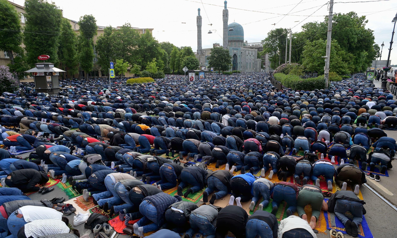 روس میں عیدالفطر کی نماز ادا کی گئی —فوٹو/ اے ایف پی
