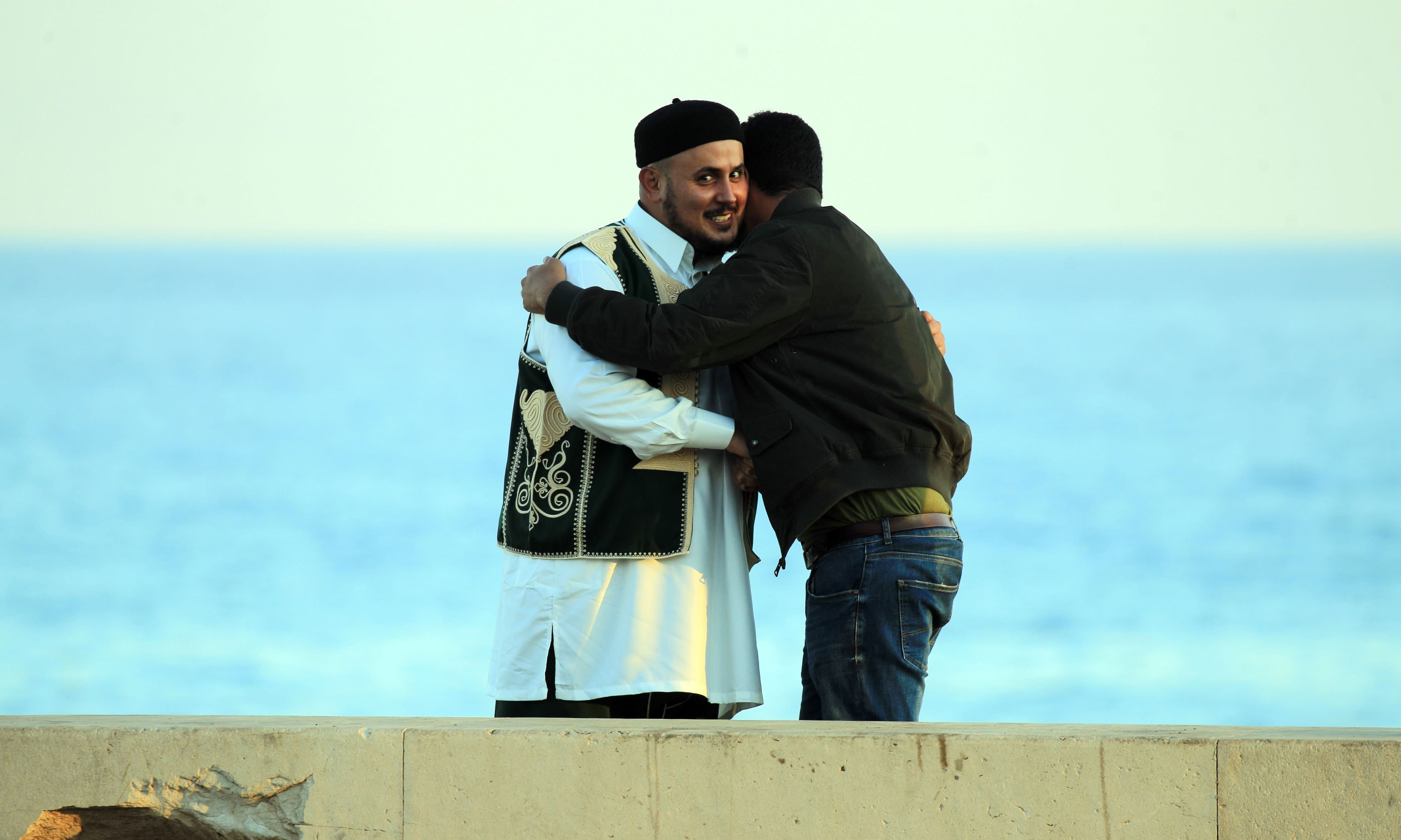 لیبیا میں مسلمانوں نے ایک دوسرے سے گلے مل کر عید کی مبارکباد دی — اے ایف پی
