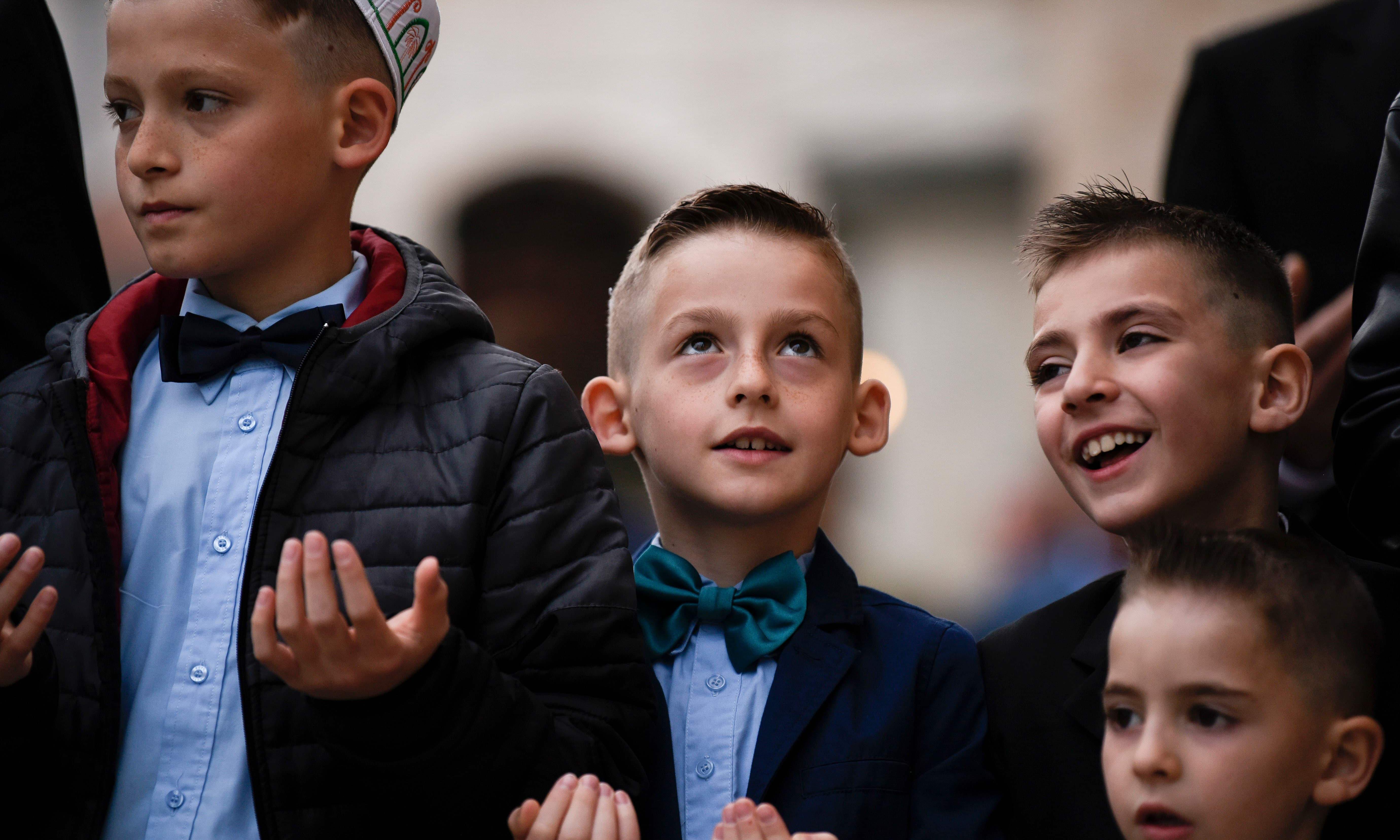 کوسووہ میں بچے بھی عید کی نماز میں والدین کے ساتھ شریک ہوئے —فوٹو/ اے ایف پی