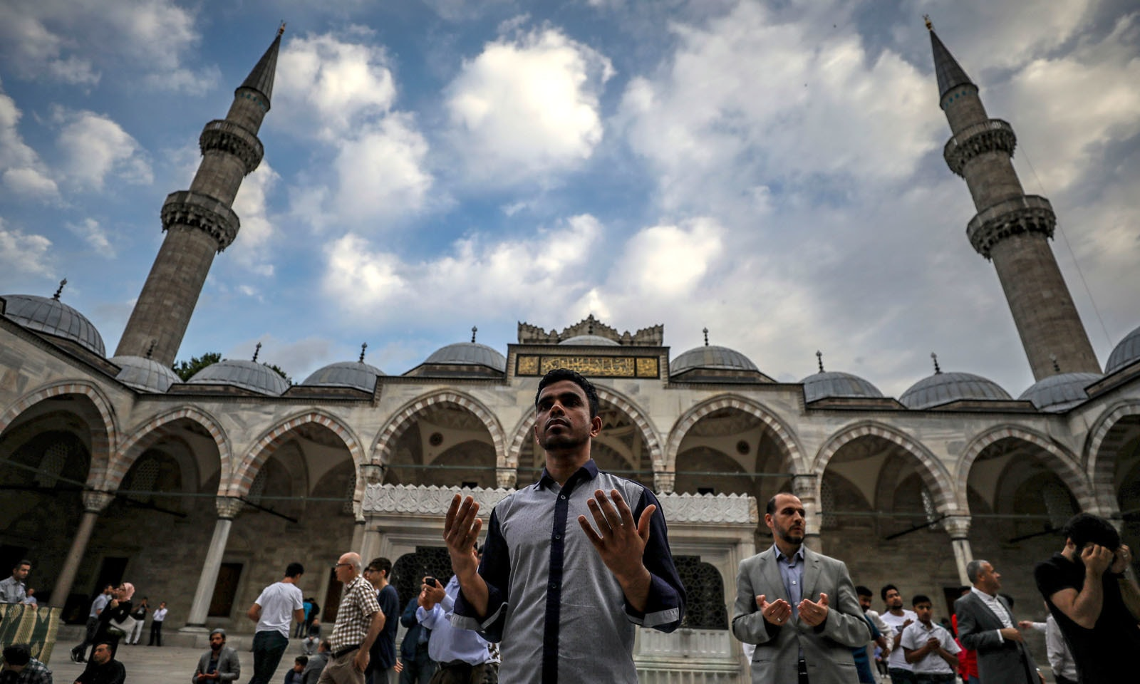 ترکی کی مسلمانوں نے عید کے موقع پر مساجد کا رخ کرلیا —فوٹو/ اے پی