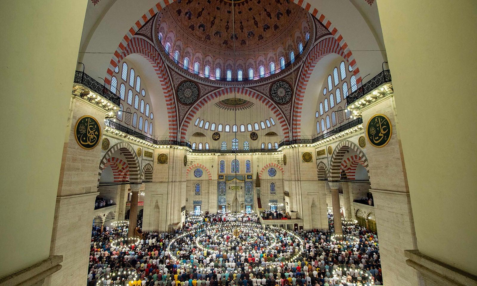 استنبول کی مسجد میں عید کے موقع پر مسلمانوں کی بڑی تعداد جمع ہوئی —فوٹو/ اے ایف پی