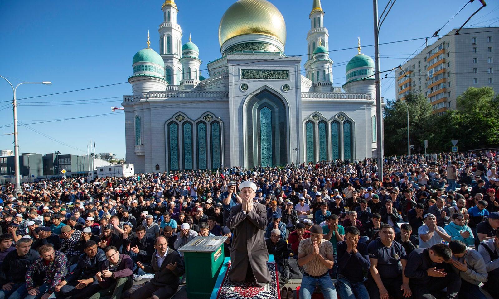 روس میں بھی نماز عید پڑھنے کے لیے مسلمان بڑی تعداد میں ایک جگہ جمع ہوئے —فوٹو/ اے پی