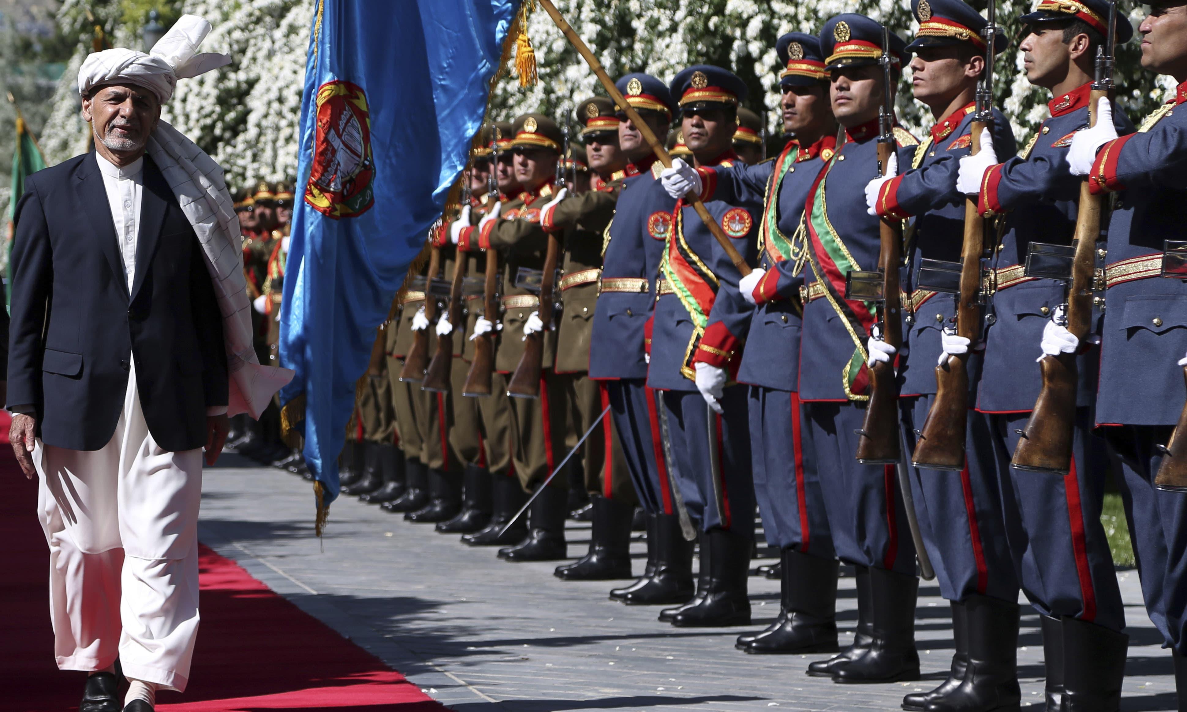 افغانستان کے صدر اشرف غنی عید کے موقع پر گارڈ آف ہانر کی تقریب کا حصہ بھی بنے —فوٹو/ اے پی