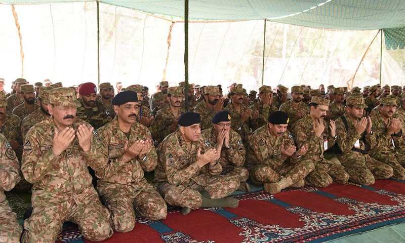 COAS Gen Bajwa spent Eidul Fitr with troops along the Line of Control (LoC). According to a tweet shared by DG ISPR, special prayers for the peace, progress and prosperity of the country were made. — Photo courtesy DG ISPR Twitter