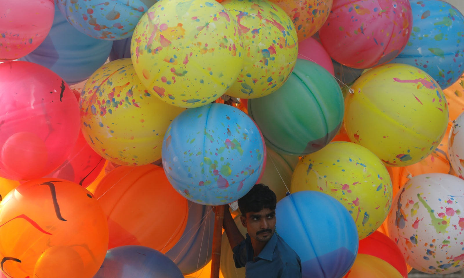 کراچی میں مساجد کے باہر بچوں کے لیے غباروں کے اسٹالز لگائے گئے —فوٹو/ رائٹرز