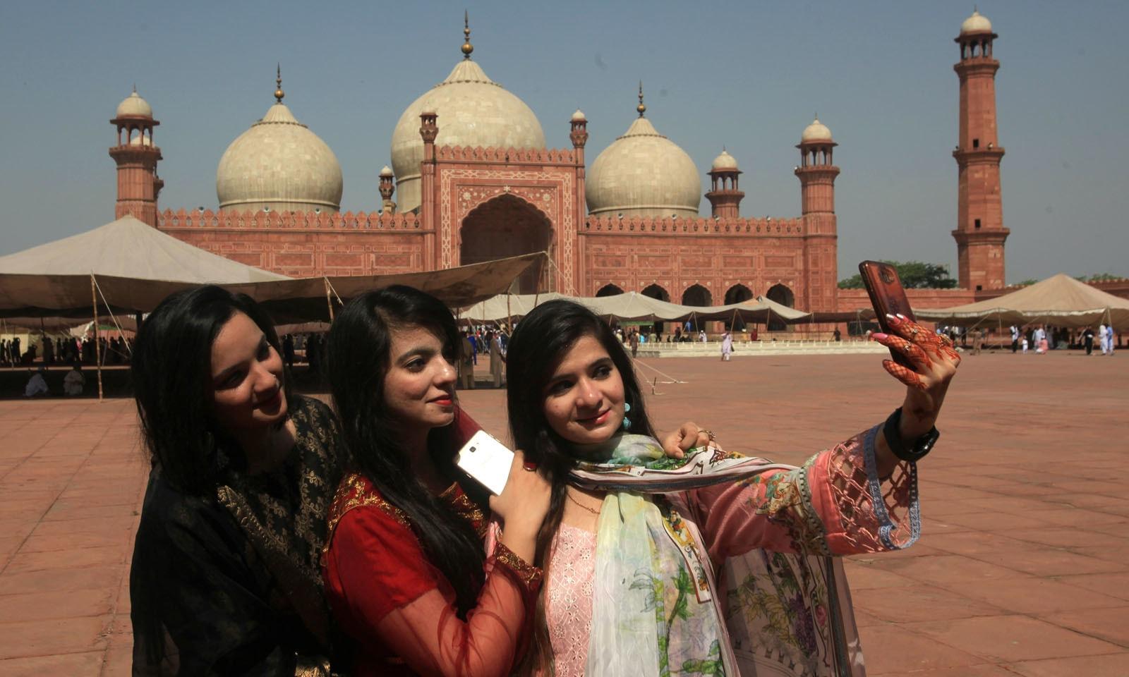 خواتین نے عید کی تیاری کے بعد سیلفیاں بھی لیں —فوٹو/ رائٹرز