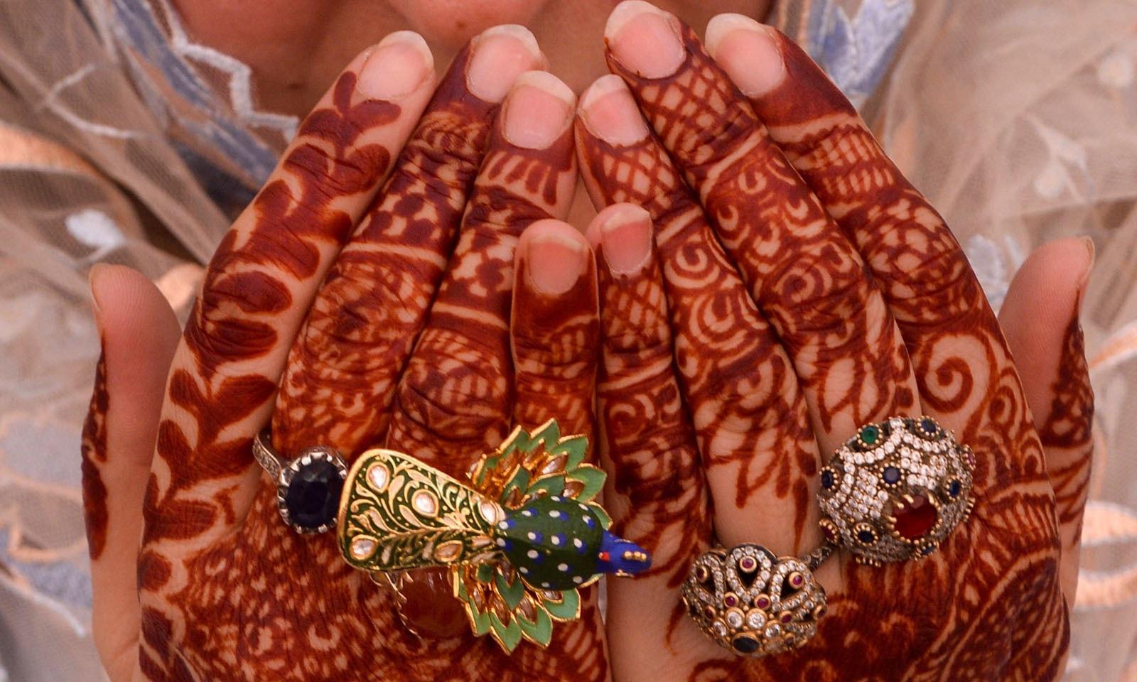 خواتین نے عید کے موقع پر خوب تیاری کی —فوٹو/ اے ایف پی