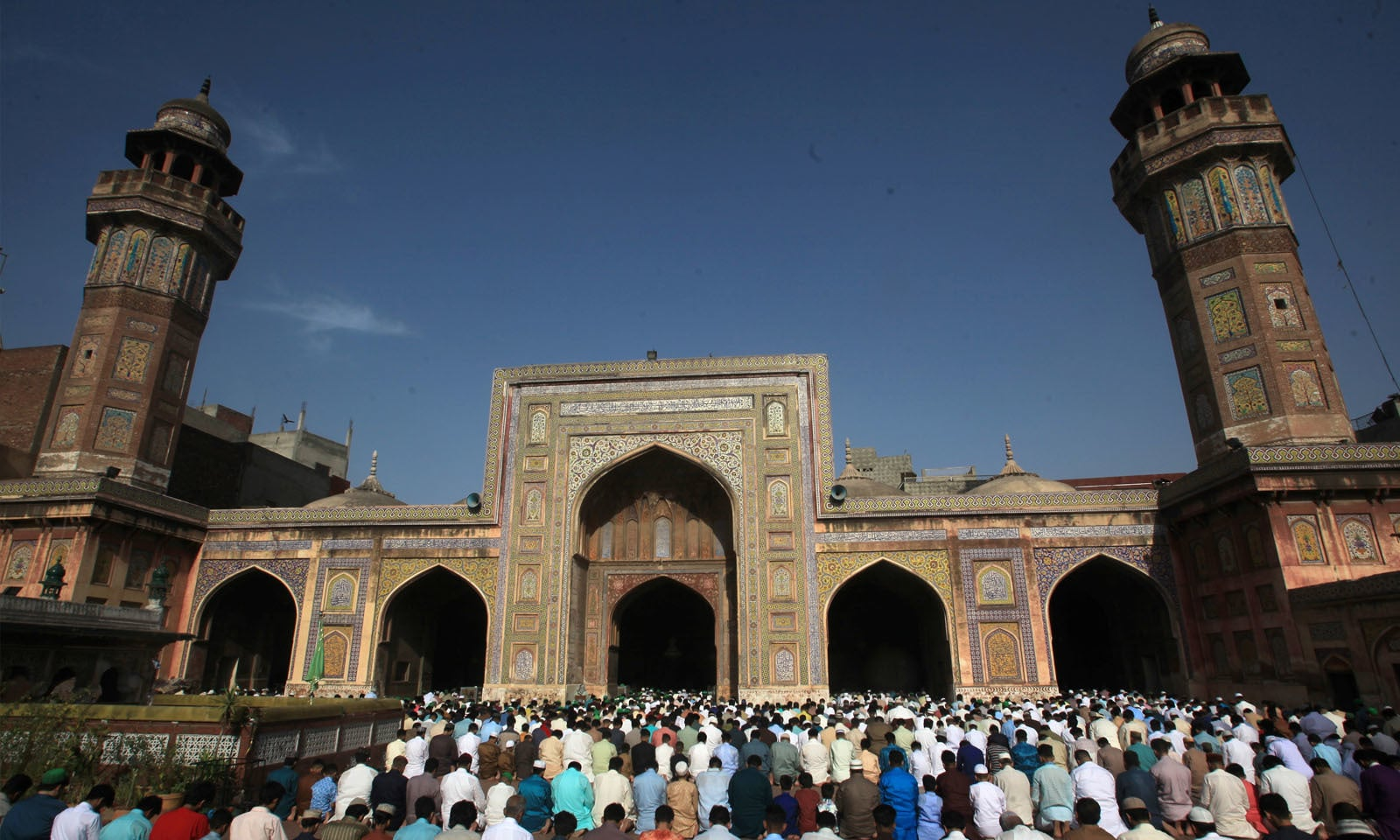 لاہور کی وزیر خان مسجد میں مسلمان بڑی تعداد میں جمع ہوئے —فوٹو/ رائٹرز