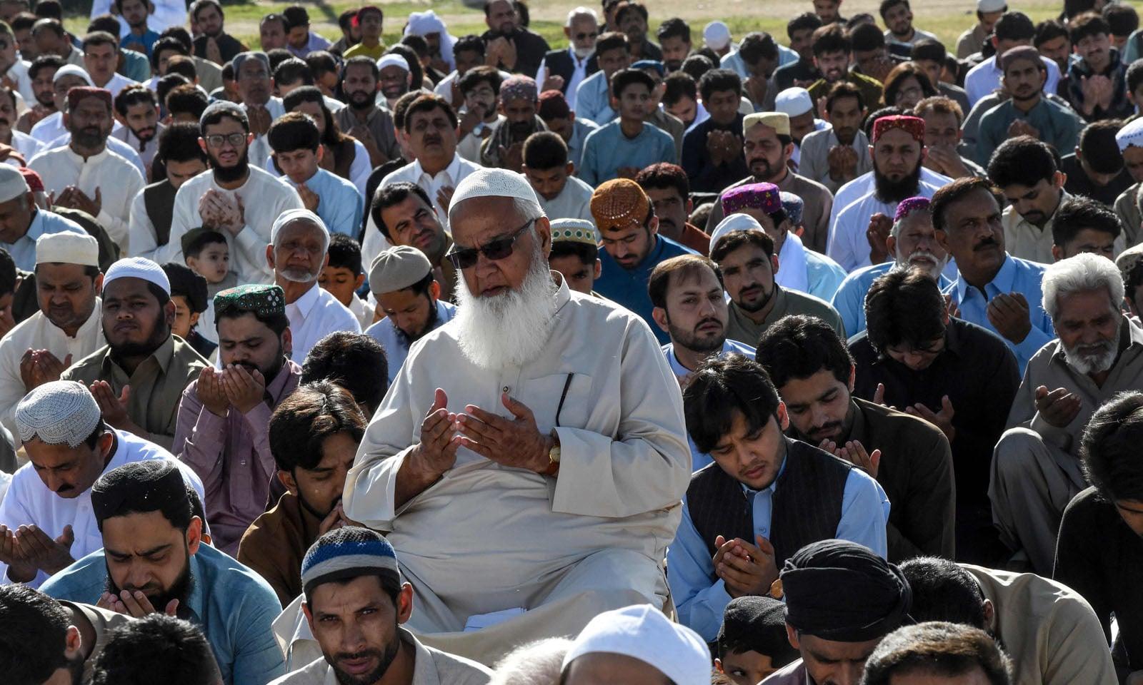 لوگوں نے اپنے رب کے حضور رمضان المبارک میں کی جانے والی عبادات کی قبولیت کے لئے دعائیں مانگیں —فوٹو/ اے ایف پی