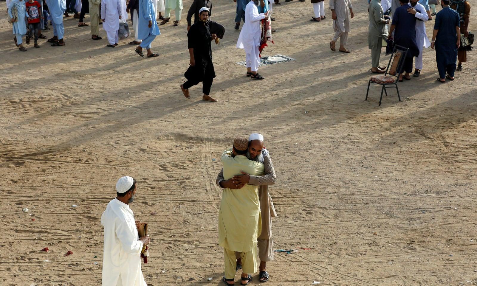 نماز کے بعد لوگوں نے ایک دوسرے کو گلے مل کر عید کی مبارکباد دی —فوٹو/ رائٹرز