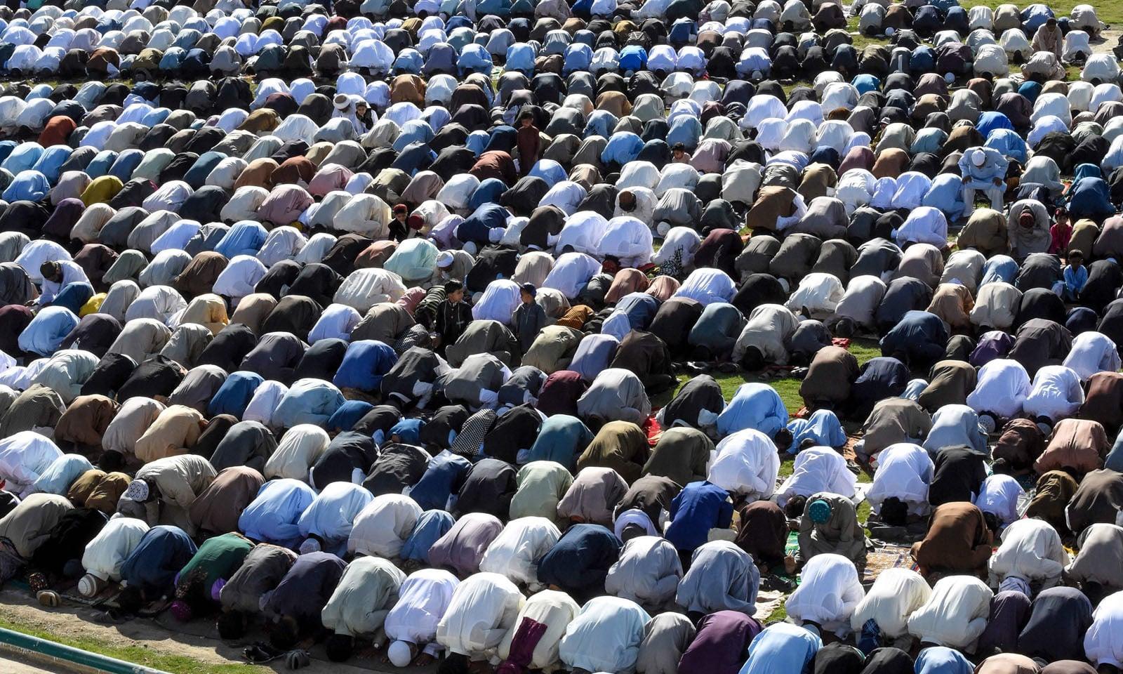 کوئٹہ میں نماز عید کی ادائیگی کے لیے مسلمان بڑی تعداد میں جمع ہوئے —فوٹو/ اے ایف پی