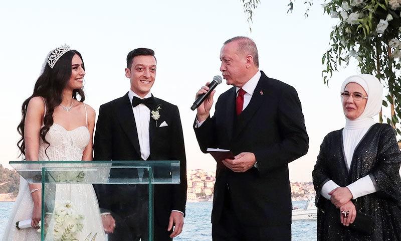 مسعود اوزیل نے سابق مس ترکی امینہ گلسی سے شادی کی—فوٹو: اے ایف پی