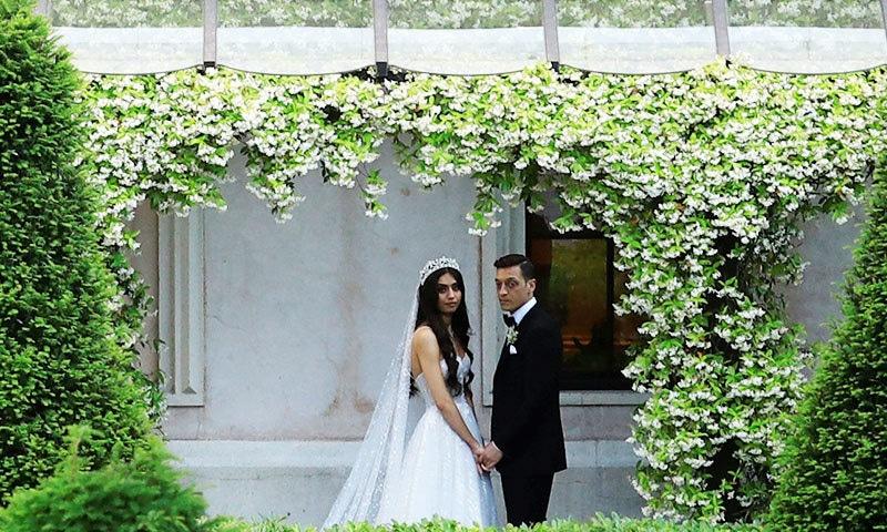 شادی کے موقع پر دونوں نے روایتی لباس پہنا تھا—فوٹو: رائٹرز